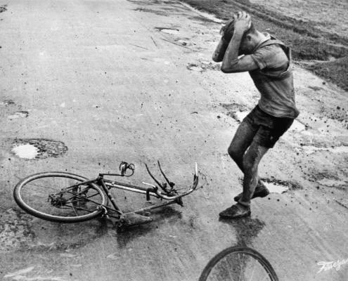 Corredor con la bicicleta rota