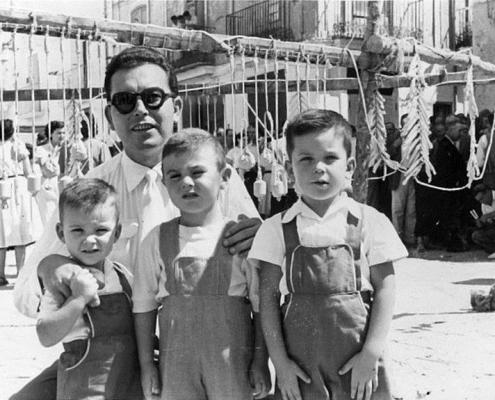 Luis Puig con dos de sus hijos
