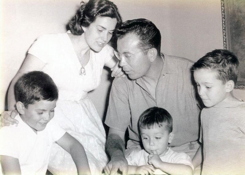 Luis Puig con su mujer Lola y sus tres hijos