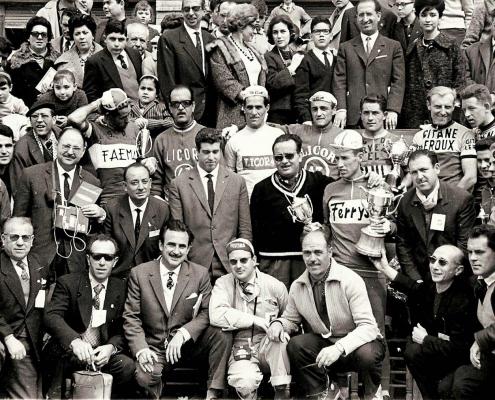 Luis Puig con corredores y personalidades de la época