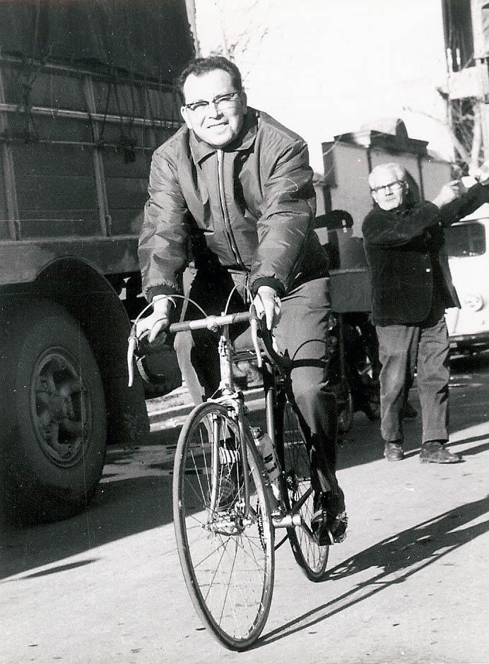 Luis Puig montando en bicicleta